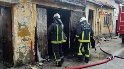 tarihi bina -  Tek katlı tarihi bina alev alev yandı