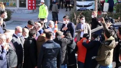Bakan Kurum Kırşehir'de, Cumhurbaşkanı Erdoğan'ın fotoğrafının olduğu pastayı kesti