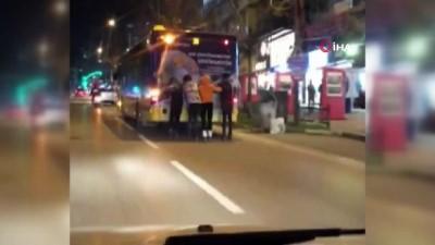 belediye otobusu -  Bursa'da patenci gençlerin tehlikeli yolculuğu