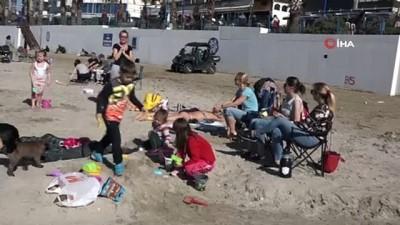 ilginc goruntu -  Kuşadası'nda güneşi gören plaja koştu