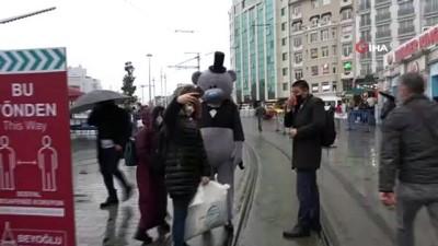 ilginc goruntu -  Annesinin doğum günü için ayı kostümüyle Taksim'de dolaştı