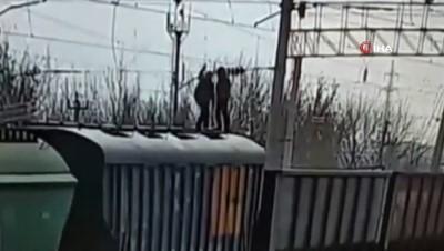 elektrik kablosu -  - Rusya'da tren vagonlarının üzerinde oyun oynayan çocuk elektrik akımına kapıldı