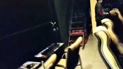 internet kafe -  Bursa'da internet kafeye polis baskını...Havalandırmadan kaçmaya çalıştılar