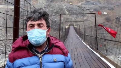 Kürtün Baraj Gölü üzerindeki 165 metre uzunluğundaki asma köprü yöre halkının ulaşımını sağlıyor