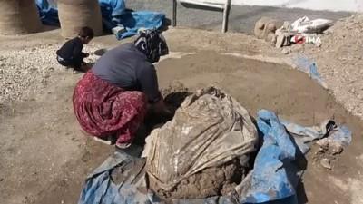 gozleme -  Ekmeğini çamurdan çıkartıyor