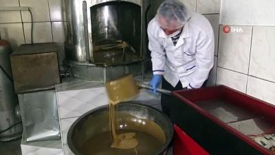 Geleneksel yöntemlerle 30 yıldır odun ateşinde şekersiz helva üretiyor