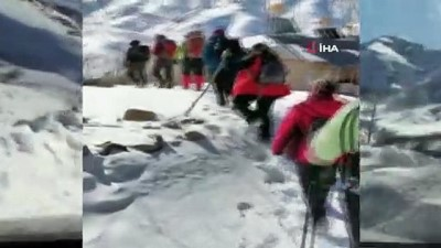 Tunceli'de dağcılar, 2 bin 884 rakımlı karlı dağa 8 saatte tırmandı