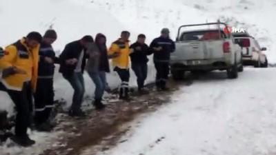 - Kar nedeni ile kapanan yolun açılmasını halay çekerek beklediler