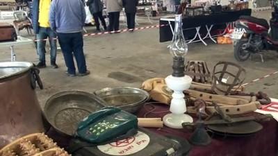 arac plakasi -  Köylerden topladığı antika eşyaları pazarda satıyor
