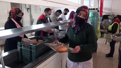 BARTIN - Fabrika işçilerine 18 Mart'a özel öğle yemeğinde hoşaf ve ekmek verildi