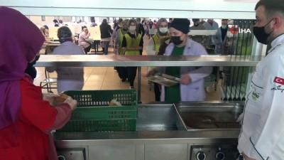 İşçiler öğle yemeğinde üzüm hoşafı ve ekmeği görünce duygulandı