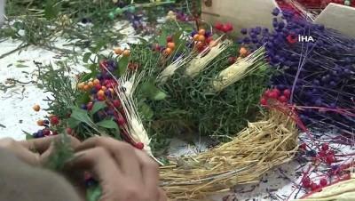 yilbasi -  Pandemi döneminde satamadığı çiçekleri kurutup kapı çelengi yaptı, şimdi ürün yetiştiremiyor