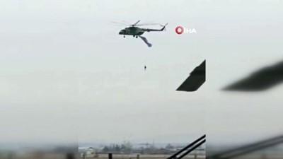 askeri helikopter -  - Askeri helikoptere takılan paraşütçü havada asılı kaldı