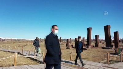 BİTLİS - Selçuklu Meydan Mezarlığı'nda toprak altındaki mezar taşları ortaya çıkarılarak yurt dışında tanıtılacak