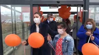 Down sendromlu öğrenciler gökyüzüne turuncu balon bıraktı
