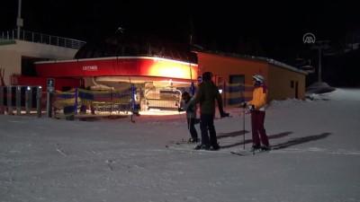 KARS - Cıbıltepe Kayak Merkezi'nde gece kayağı turistleri büyülüyor