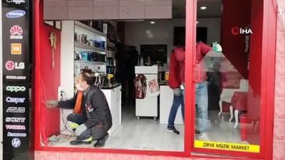 Müzik marketi kurşunlayan 2 zanlı yakalandı