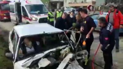 - 2 otomobil kafa kafaya çarpıştı: 4 yaralı