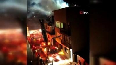 İzmir'de bir ev alevlere teslim oldu