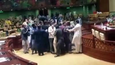 - Pakistan meclisinde milletvekilleri birbirine girdi
