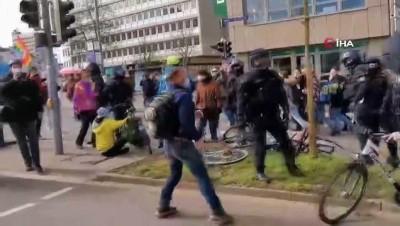 - Almanya'da Covid-19 önlemleri protestolarında arbede: Çok sayıda gözaltı - Polisten gaz ve coplu müdahale
