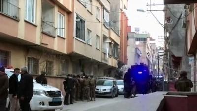 madde bagimlisi - GAZİANTEP - Kendisine zarar vermek için girdiği evi yakan zanlıyı polis kurtardı