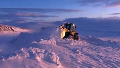KARS - 'Kar kaplanları' baharda da karla mücadele ediyor