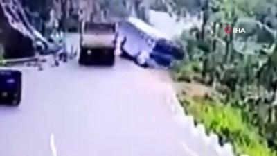 yolcu otobusu -  - Sri Lanka'da yolcu otobüsü uçuruma yuvarlandı: 14 ölü, 30 yaralı