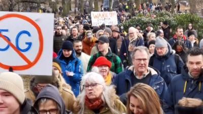 STOCKHOLM - İsveç'in 3 kentinde yüzlerce kişi Kovid-19 kısıtlamalarını protesto etti