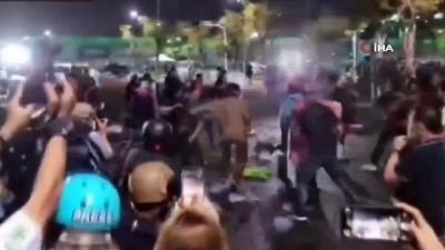 - Tayland'da monarşi karşıtı protestocular polisle çatıştı - Polisten protestoculara tazyikli su ile müdahale