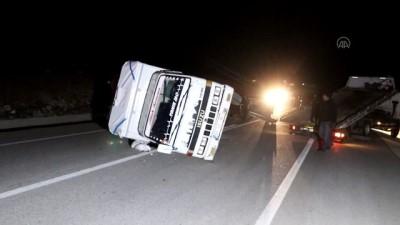 KARAMAN - Otomobil ile kamyonet çarpıştı, 6 kişi yaralandı