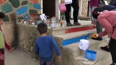 Vefakar öğretmenler köy okulunu boyayıp öğrencilerin yüreklerine dokundu