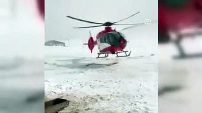 AĞRI - Kar ve tipi nedeniyle yolu kapanan köydeki hamile kadın için ambulans helikopter seferber oldu