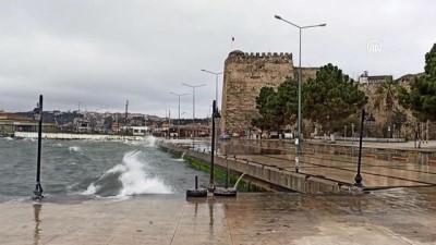 SİNOP - Karadeniz'de etkili olan fırtına Sinop sahilinde dev dalgalar oluşturdu