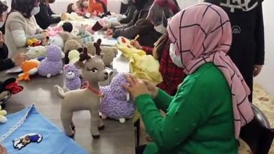 cizgi film - Vanlı kadınlar çocuklar için iplerden örerek yaptıkları oyuncakları satarak ailelerini geçindiriyor