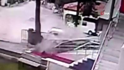 Kontrolden çıkan araç cami duvarına çarparak durabildi...Kaza anı kamerada
