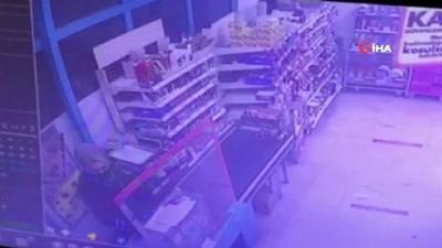 İzmir'de marketteki silahlı soygun girişimi kamerada  İzmir'de marketteki silahlı soygun girişimi kamerada