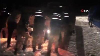 Kar ve tipi nedeniyle yolda kalan sürücülerin imdadına kahraman jandarma ekipleri yetişti