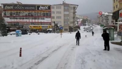 Kent beyaza büründü, sürücüler karlı yollarda zor anlar yaşadı
