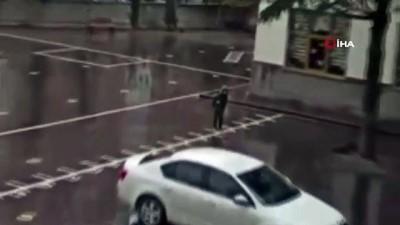 Şiddetli yağmura rağmen tek başına İstiklal Marşı okudu