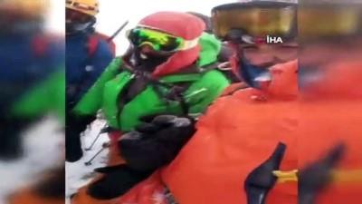 Tipiye yakalanan dağcıların zor anları kamerada