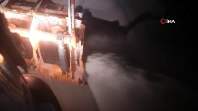 Erzincan'da karayolları ekiplerinin yoğun kar mesaisi