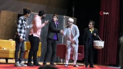 """Hakkari'de """"Yatırlı Günler"""" tiyatro oyunu sahnelendi"""
