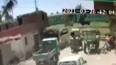 - Mısır'da trenlerin çarpıştığı anın görüntüsü ortaya çıktı