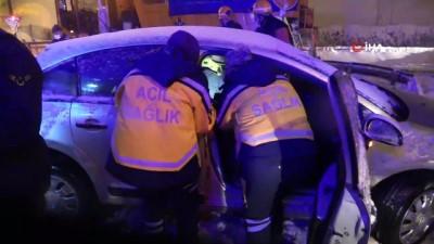 TEM'de kontrolden çıkan otomobil bariyerlere saplandı: 3 yaralı