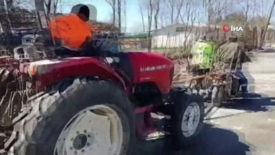 Yolda kalan traktörü motosiklet ile çektiler