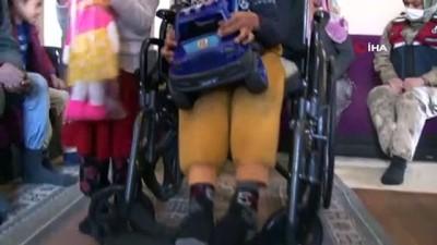 tekerlekli sandalye -  - Babasının sırtında taşıdığı Batuhan'a jandarmadan anlamlı ziyaret