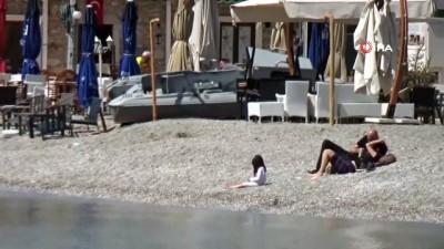 yabanci turist -  Bodrum'da 3 bin 150 lira cezayı göze alıp denizde girdiler, balık tuttular