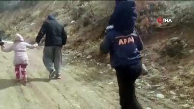 guvenli bolge -  - Mahsur kalan çocukları sırtlarında taşıyarak kurtardılar