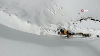 6 metreyi bulan karlı dağlar kar kaplanlarıyla aşılıyor
